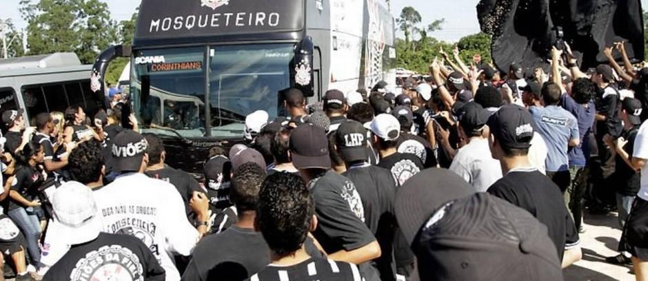 Torcedores-do-Corinthians-cercam-e-apedrejam-onibus-em-que-estavam-os-jogadores-do-timeFoto-Marcos-AlvesO-Globo