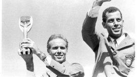 Segurando-a-Taca-Jules-Rimet-ao-lado-do-capitao-Carlos-Alberto-Torres-em-desfile-pela-comemoracao-da-conquista-da-Copa-de-1970-size-598