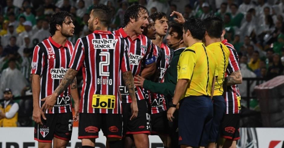 jogadores-do-sao-paulo-reclamam-de-penalti-nao-marcado-contra-o-atletico-nacional-1468462483341_956x500