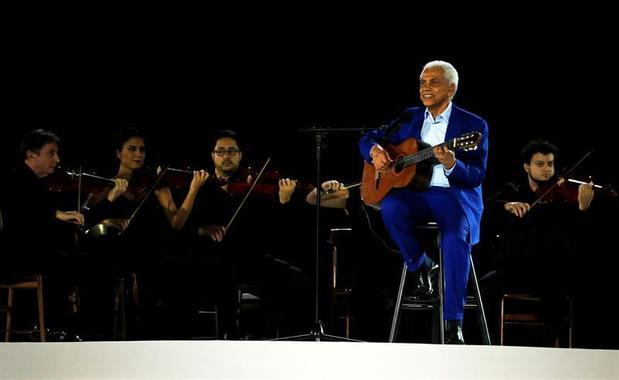 1729651743-paulinho-da-viola-foi-o-responsavel-por-cantar-o-hino-nacional-brasileiro-na-abertura-dos-jogos-do-r-2