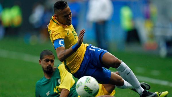 neymar-e-desarmado-em-carrinho-de-jogador-da-africa-do-sul-1470343062295_v2_600x337