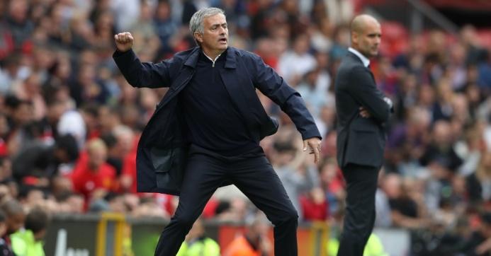 mourinho-orienta-time-do-united-na-beira-do-campo-durante-classico-contra-o-manchester-united-no-campeonato-ingles-1473509003755_956x500