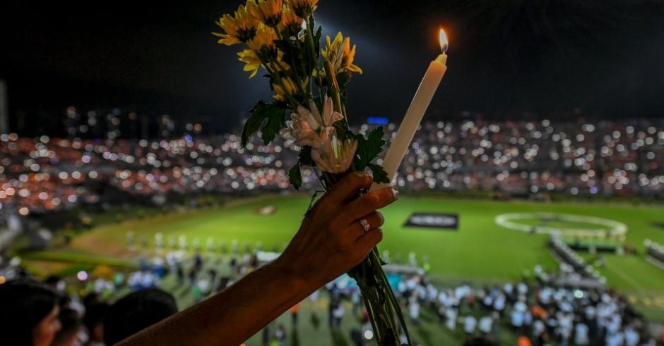pessoas-prestam-homenagem-no-estadio-atanasio-girardot-em-medellin-na-colombia-1480554248881_956x500