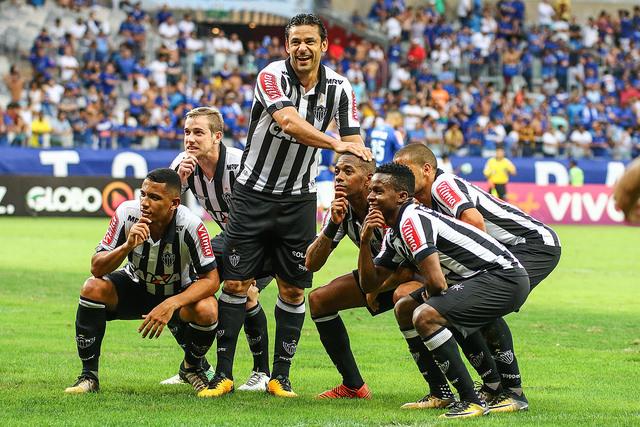 Robinho e Cia comemoram gol do Galo