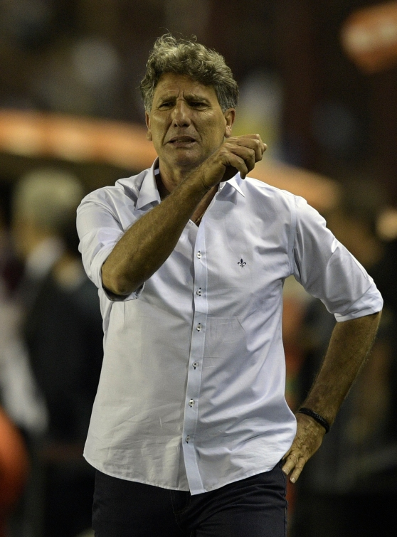Brazil's Gremio coach Renato Gaucho gestures during the Copa Libertadores 2017 final football match against Argentina's Lanus at Lanus stadium in Lanus, Buenos Aires, Argentina, on November 29, 2017. / AFP PHOTO / JUAN MABROMATA
