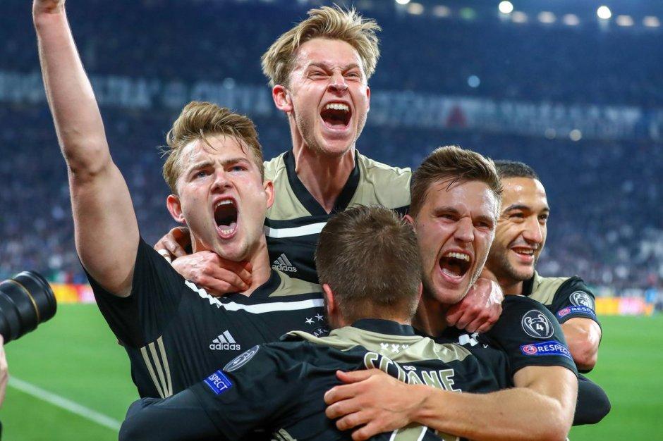 Garotos do Ajax celebram vitória contra Juve