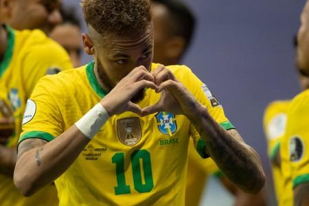 Neymar nas pegadas de Pelé